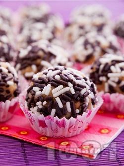 Домашни сладки бонбони (топчета) с кондензирано мляко, бисквити, масло и орехи в хартиени кошнички - снимка на рецептата